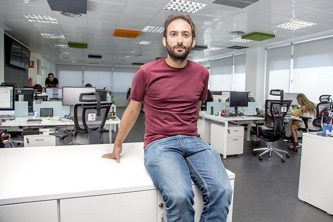 Adán Muñoz en las instalaciones de bq