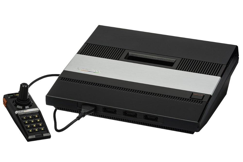Atari 5200 con uno de sus accesorios