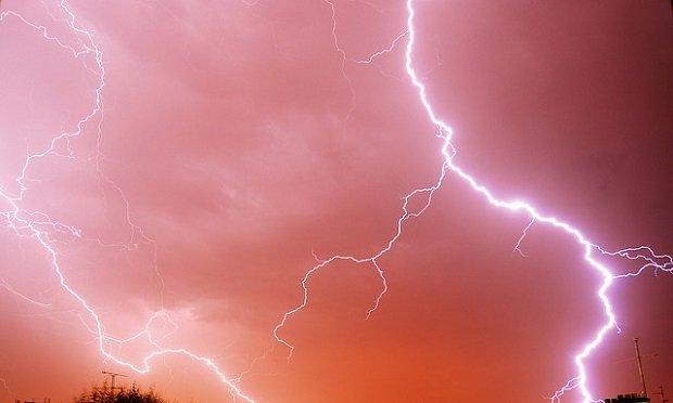 Aunque no tanto como una tormenta eléctrica, pero pulsar una tecla también genera voltaje