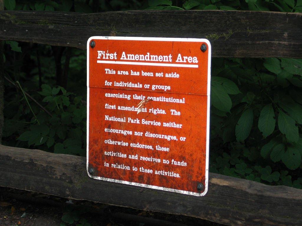 Cartel que menciona la primera enmienda