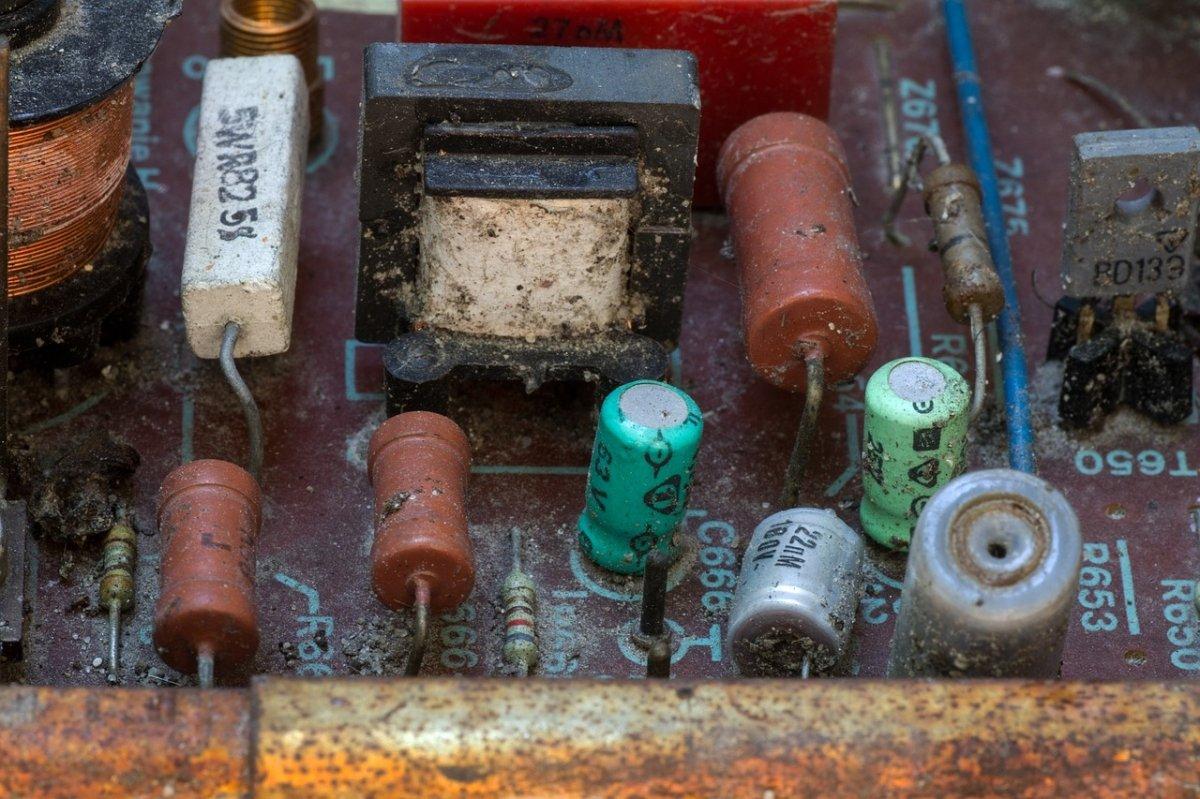Componentes electrónicos en un vertedero