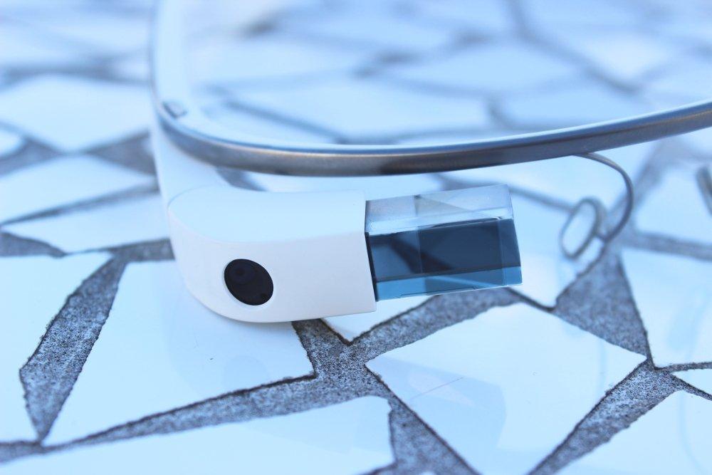 Detalle de la pantalla, cámara y puente de las Google Glass