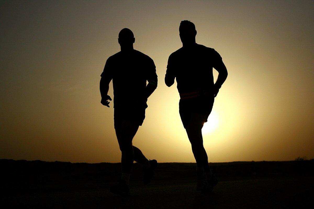 Dos corredores trotan al amanecer