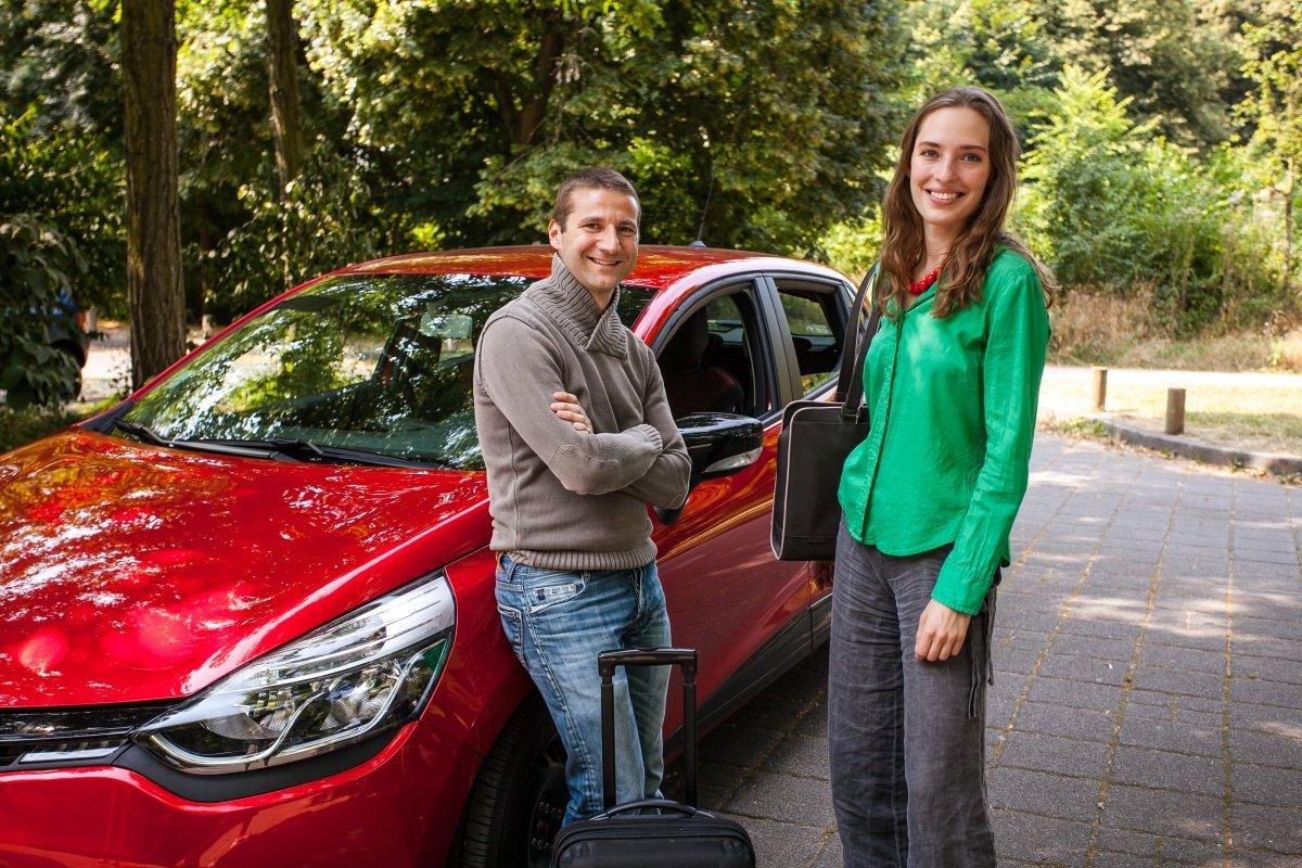 Dos usuarios de Blablacar posan frente a su coche