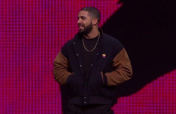 Drake y su chaqueta con logo prehistórico de Apple