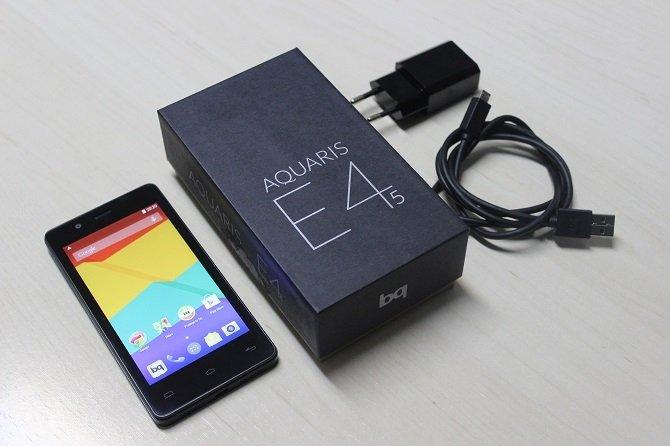 El bq Aquaris E4.5 junto a su cargador