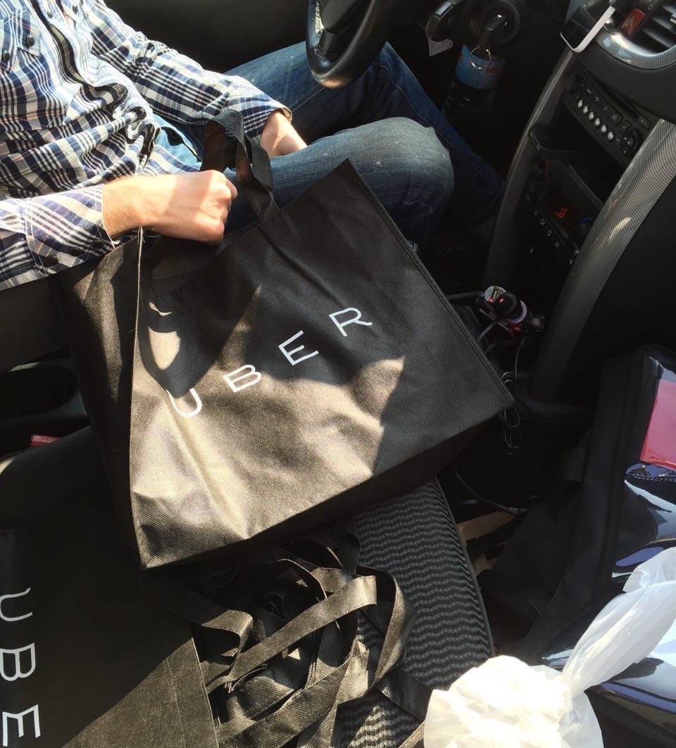 El conductor trae mi pedido y otros más dentro de su vehículo