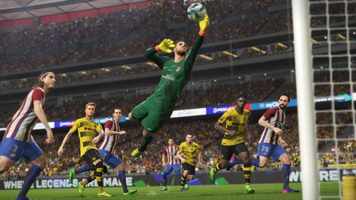 El portero del Atlético hace una parada en PES 2018