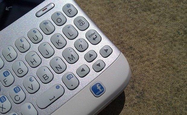 El teclado y botón de Facebook del HTC ChaCha