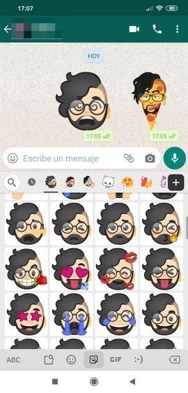 Emoji Mini en una conversación de WhatsApp