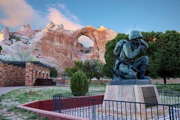 Estatua que rinde homenaje a los locutores de código navajos