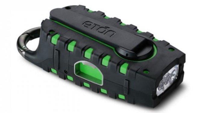 Eton Scorpion: linterna, cargador solar y radio todo en uno.