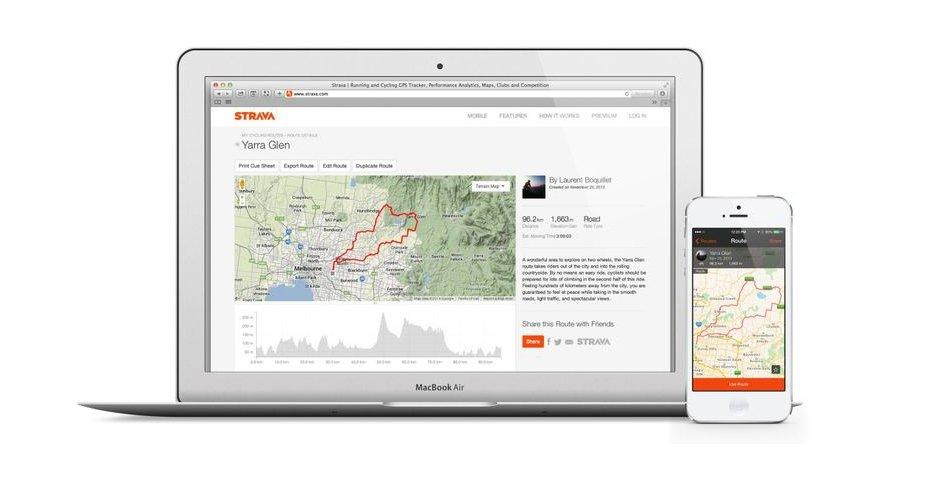 Un MacBook Air y un iPhone con la app Strava