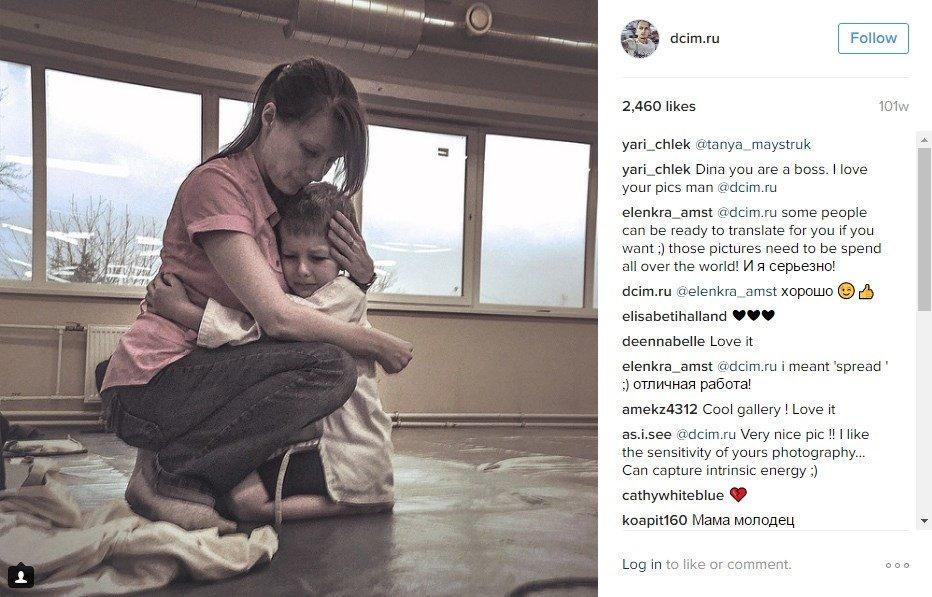 Foto de una madre consolando a su hijo