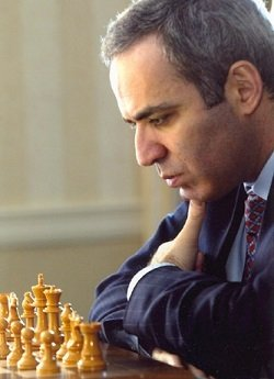 Garry Kasparov pensativo