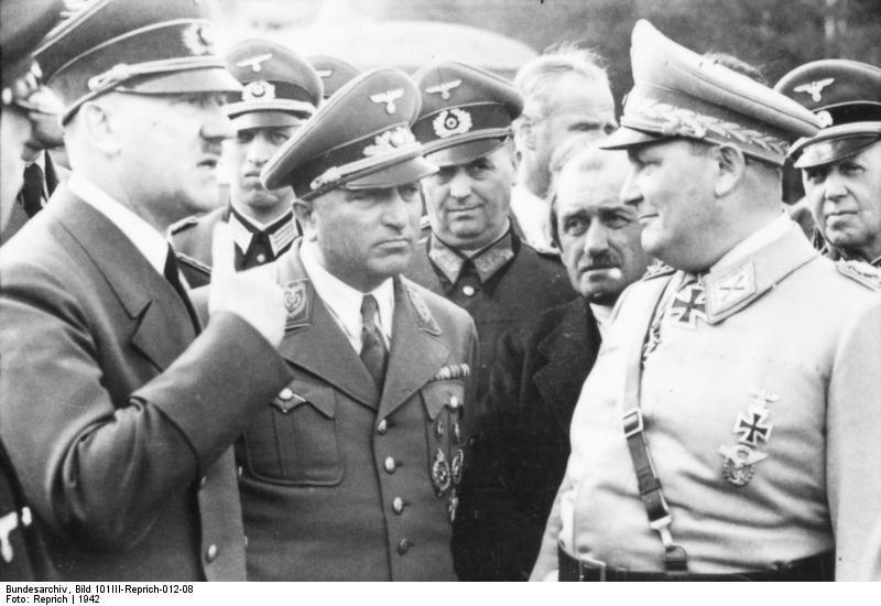 Hitler habla con Robert Ley y Hermann Göring