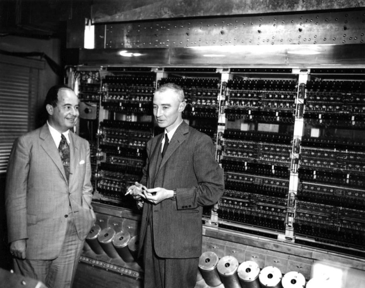 John Von Neumann y Robert Oppenheimer frente a EDVAC