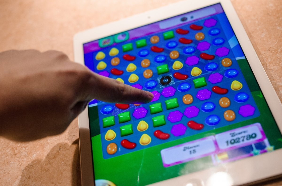 Jugando a Candy Crush en un iPad