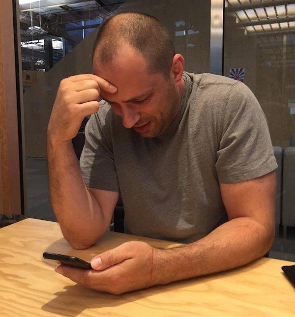 Koum fotografiado por Zuckerberg en el momento de notificar la buena noticia