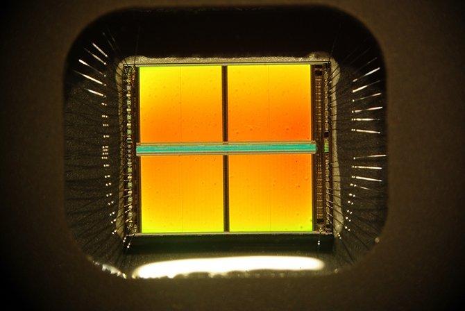 La prótesis consiste en un chip con una matriz de electrodos