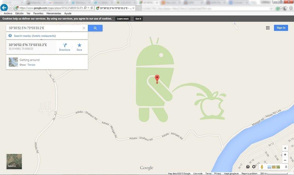 La prueba del delito, el androide orinando sobre la manzana