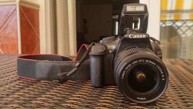 Las flashes antiguos como los de la Canon EOS 1100D solo emitían un fogonazo de luz