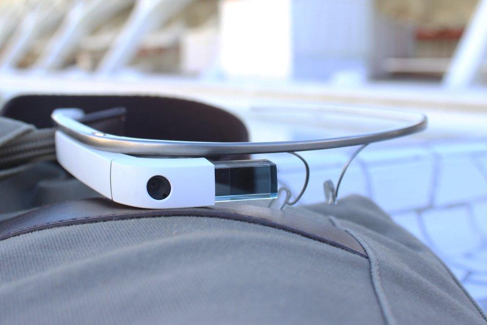 Las Google Glass descansando sobre una mochila