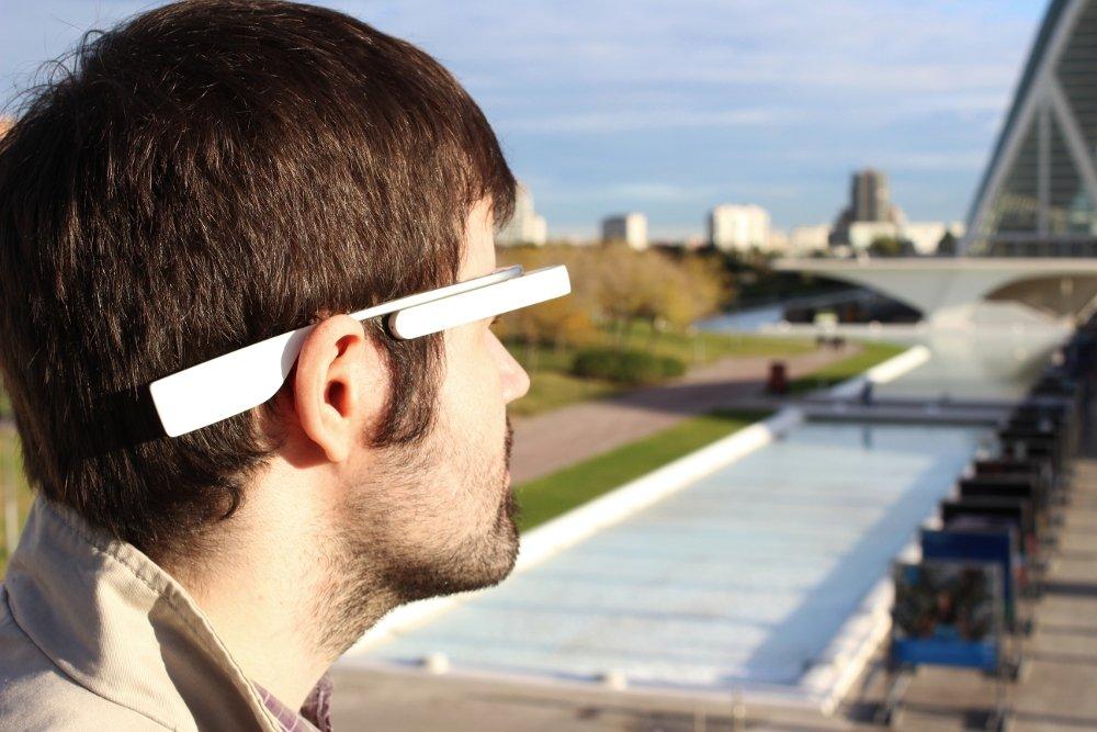 Las Google Glass siendo llevadas