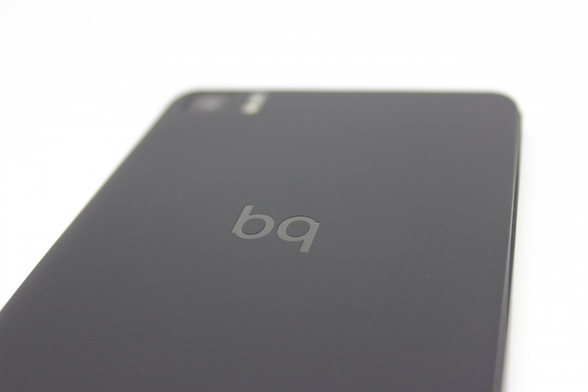 Logo de BQ en la parte trasera del teléfono