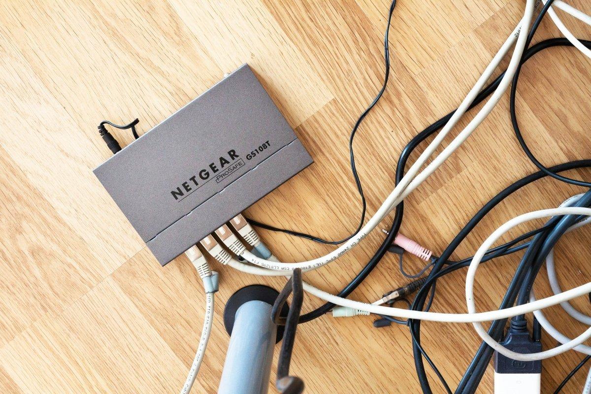 Maraña de cables en torno a un router