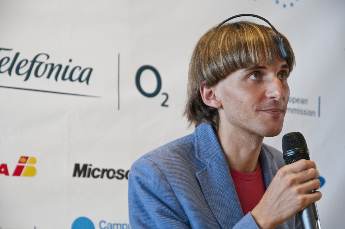Neil Harbisson durante una conferencia