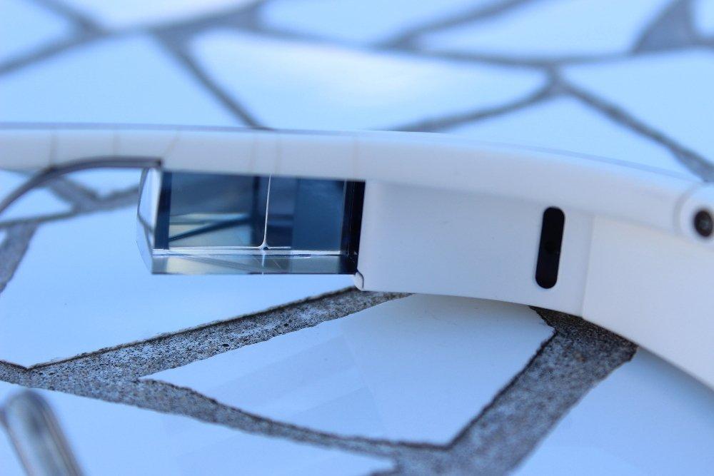 Parte derecha y puente de las Google Glass en detalle