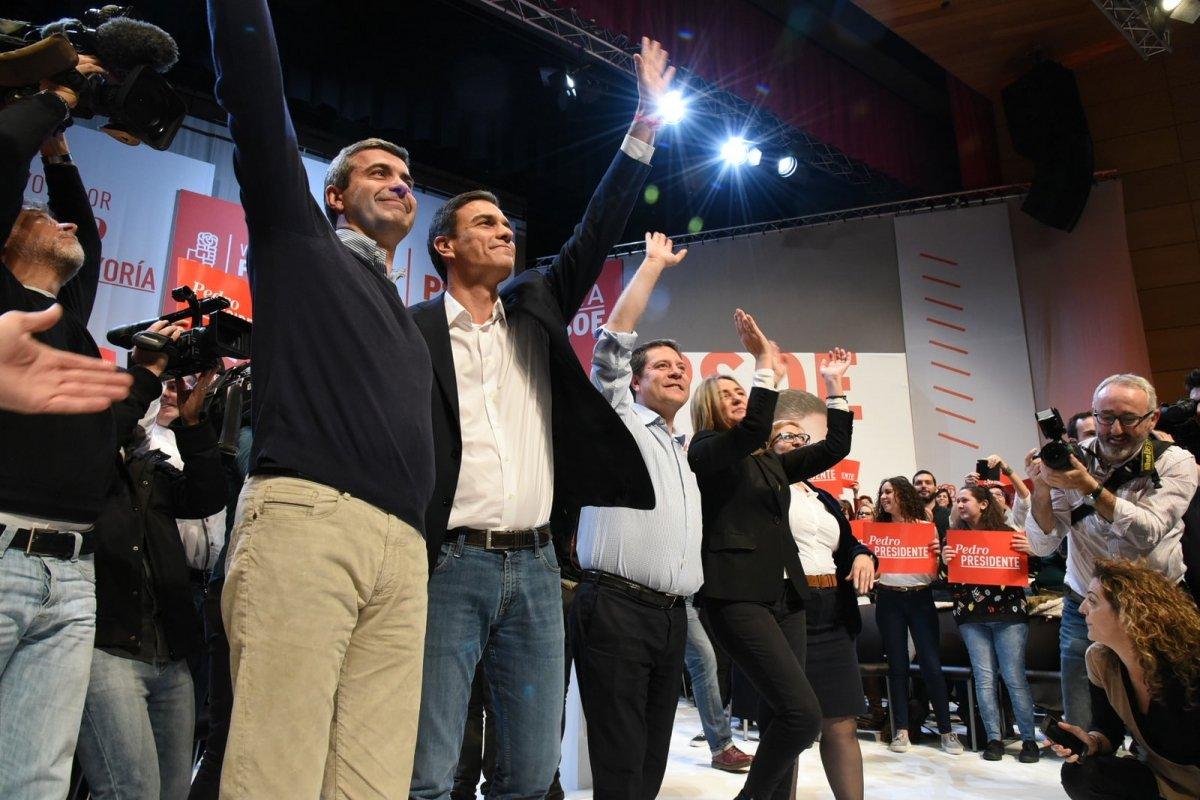 Pedro Sánchez, del PSOE, saludando en un mitin de campaña