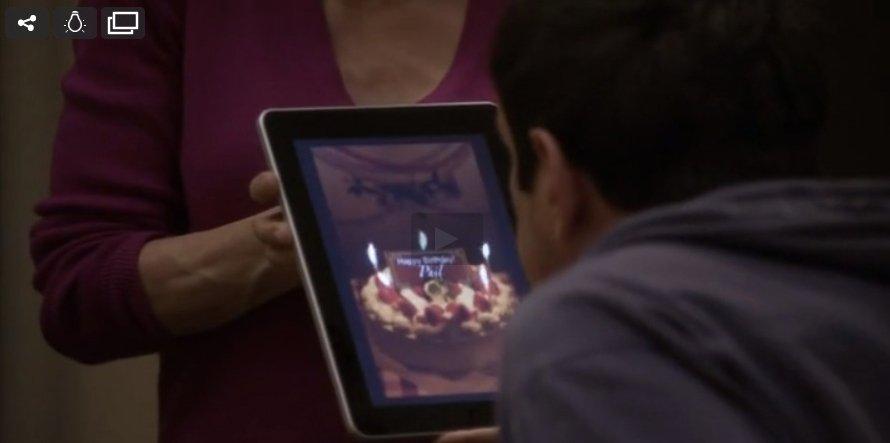 Phil soplando unas velas virtuales. Deseo concedido.