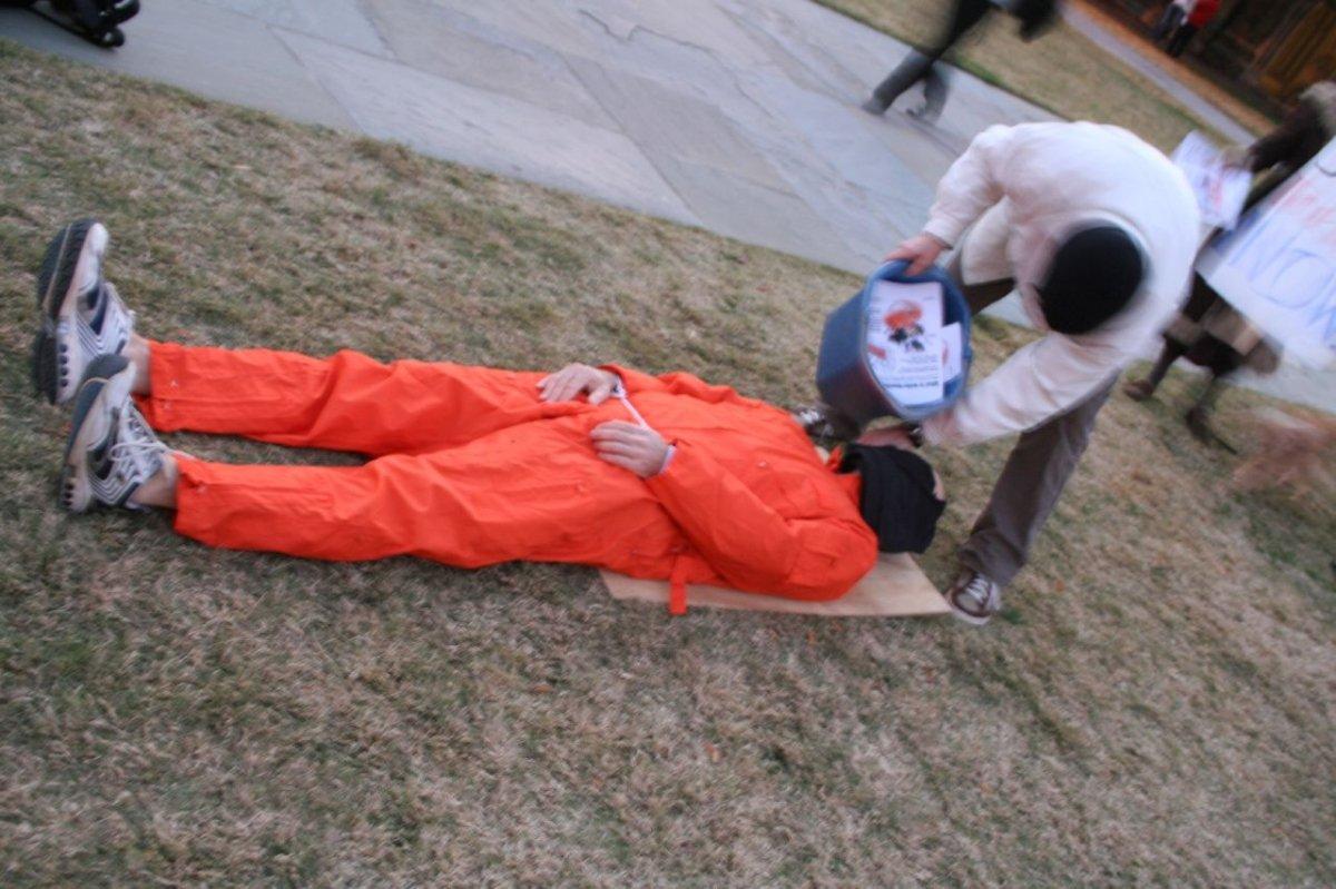 Protestas por las técnicas usadas con presos por EE.UU.