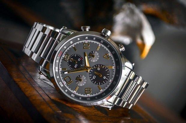 Reloj de pulsera sobre una caja de madera