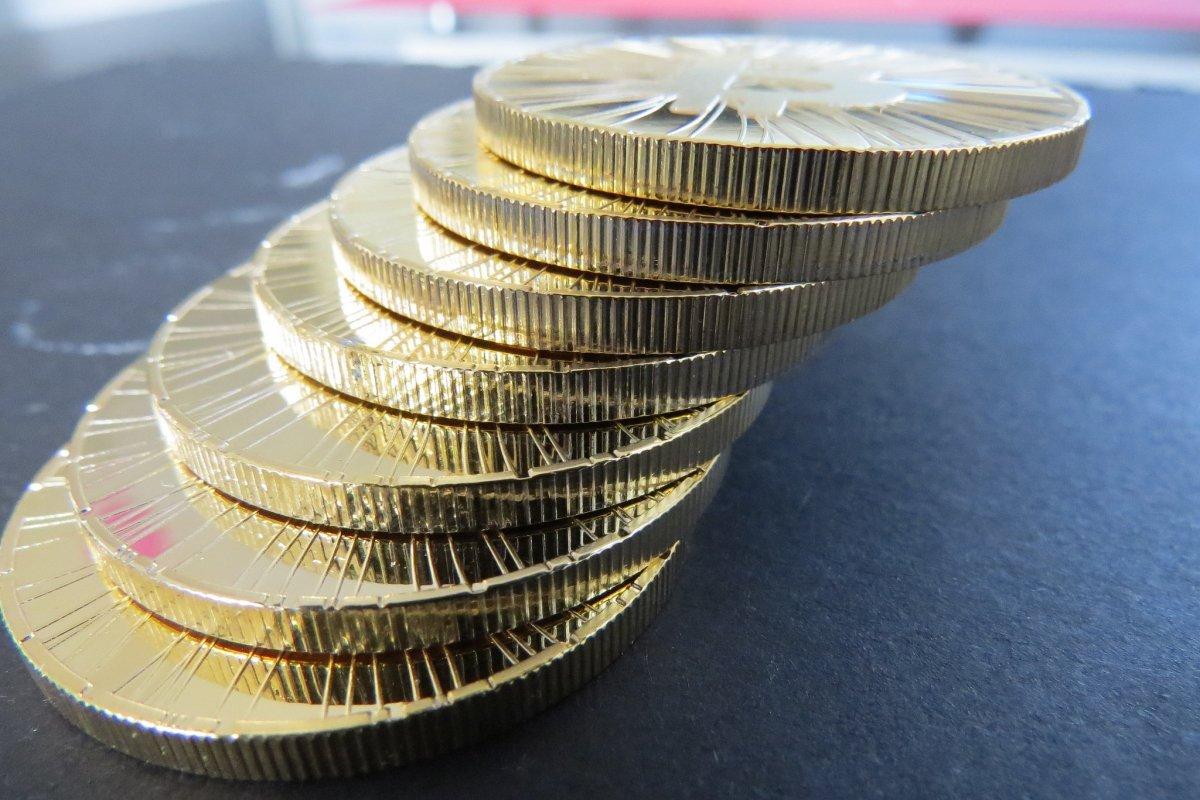 Representación física de bitcoins apiladas