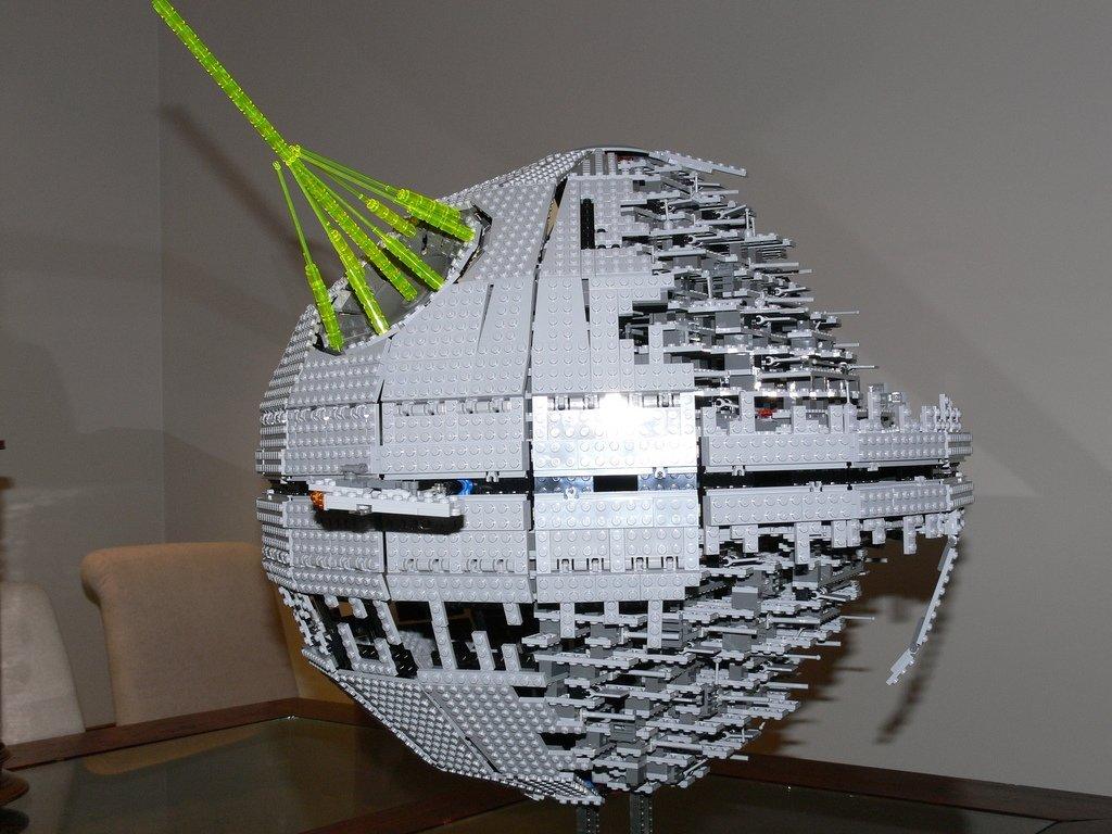 Si Lord Vader quería abaratar costes debió pensar en construirla con Lego