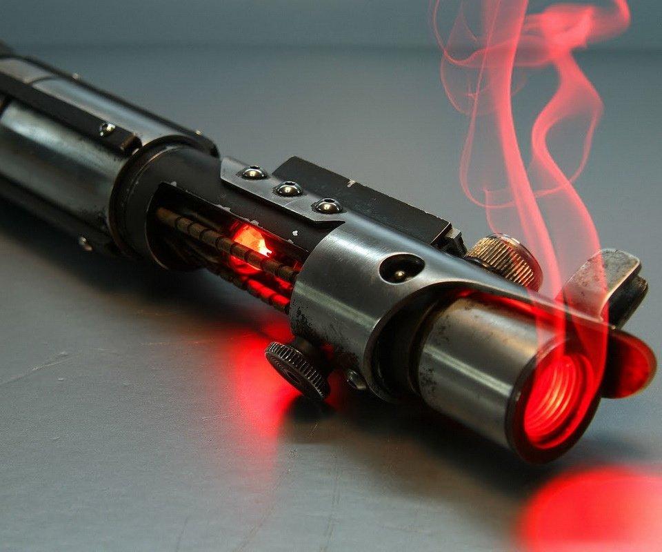 Si se fabrican con plasma que saliera humo de la empuñadura no sería raro