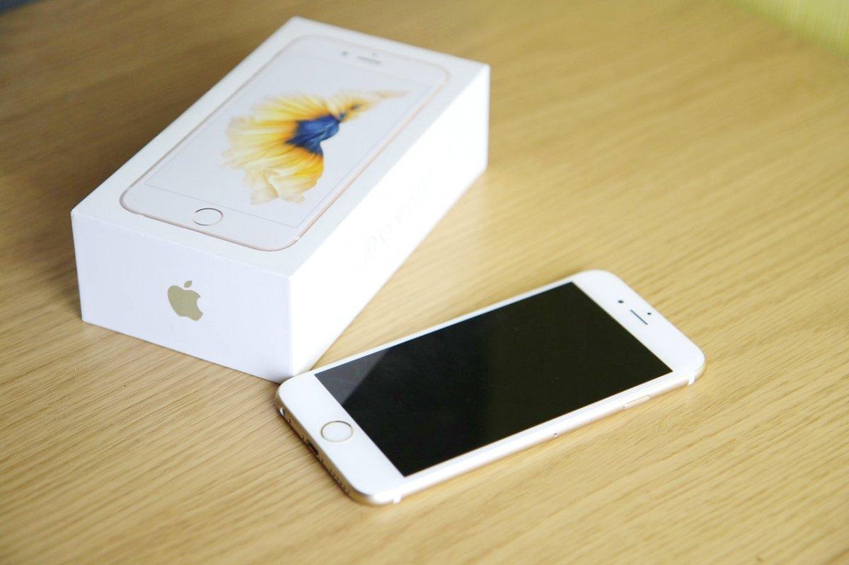 Un iPhone 6s junto a su caja