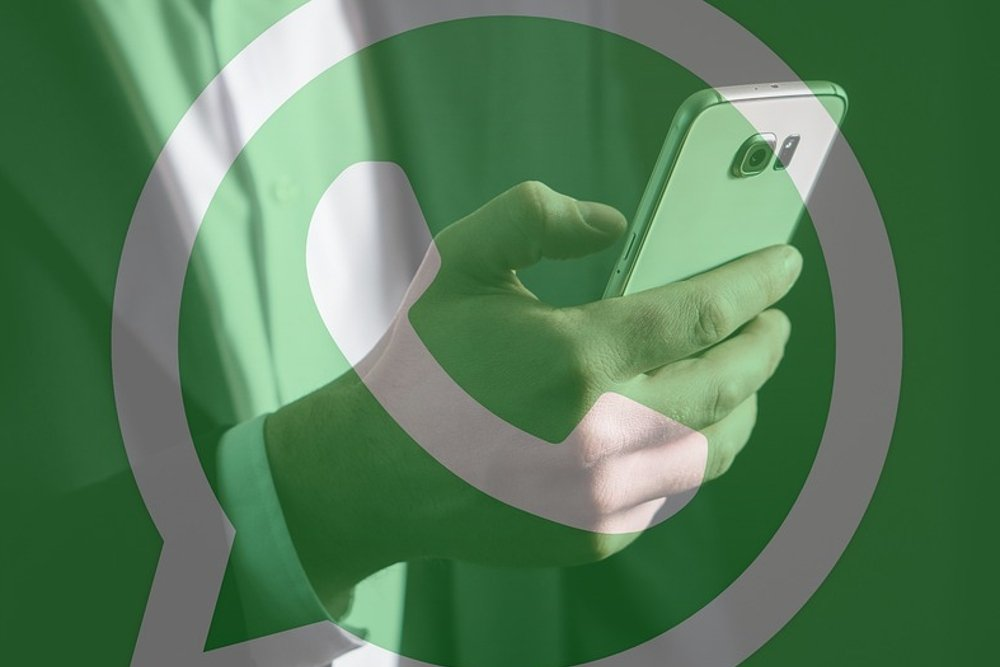 Un móvil Samsung sobre un fondo de WhatsApp