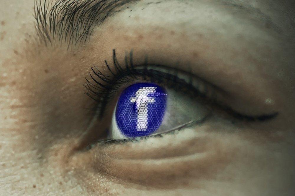 Un ojo humano con la imagen de Facebook
