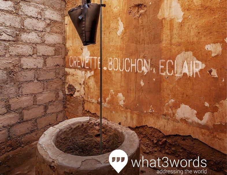 Un pozo de agua potable marcado con su dirección de 3 palabras
