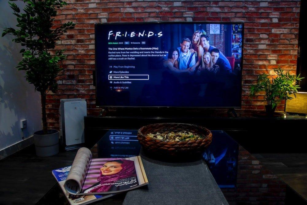 Un usuario a punto de ver su serie favorita en streaming