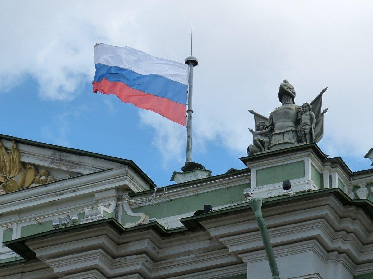 Una bandera rusa ondeando en lo alto de un edificio