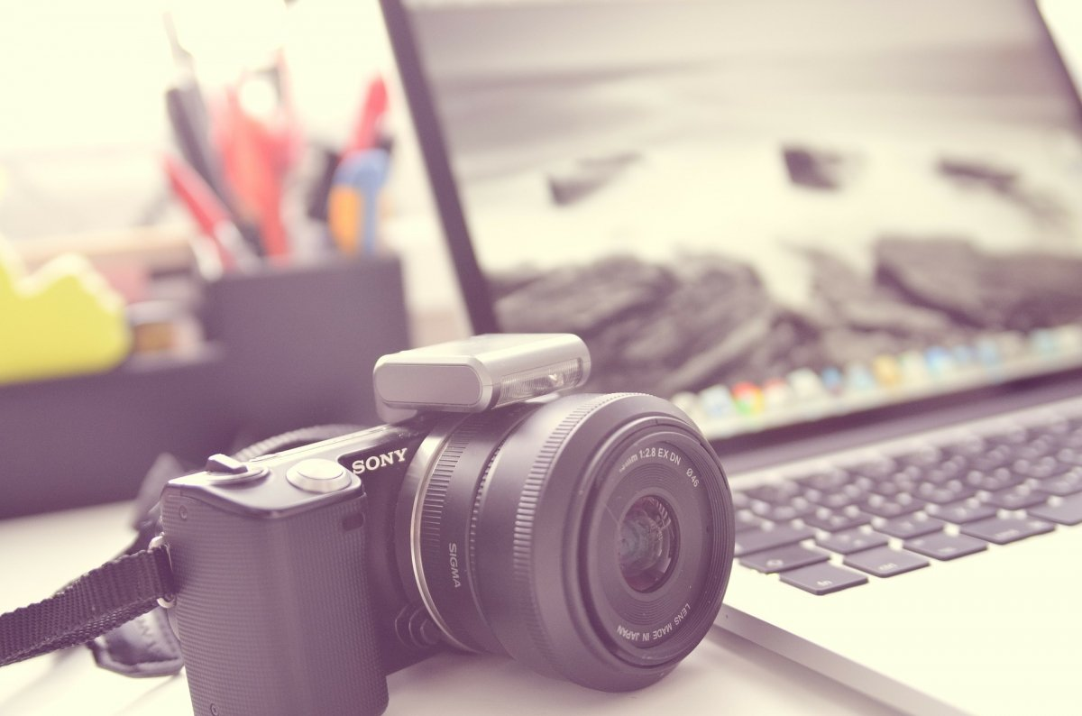 Una cámara junto a un ordenador
