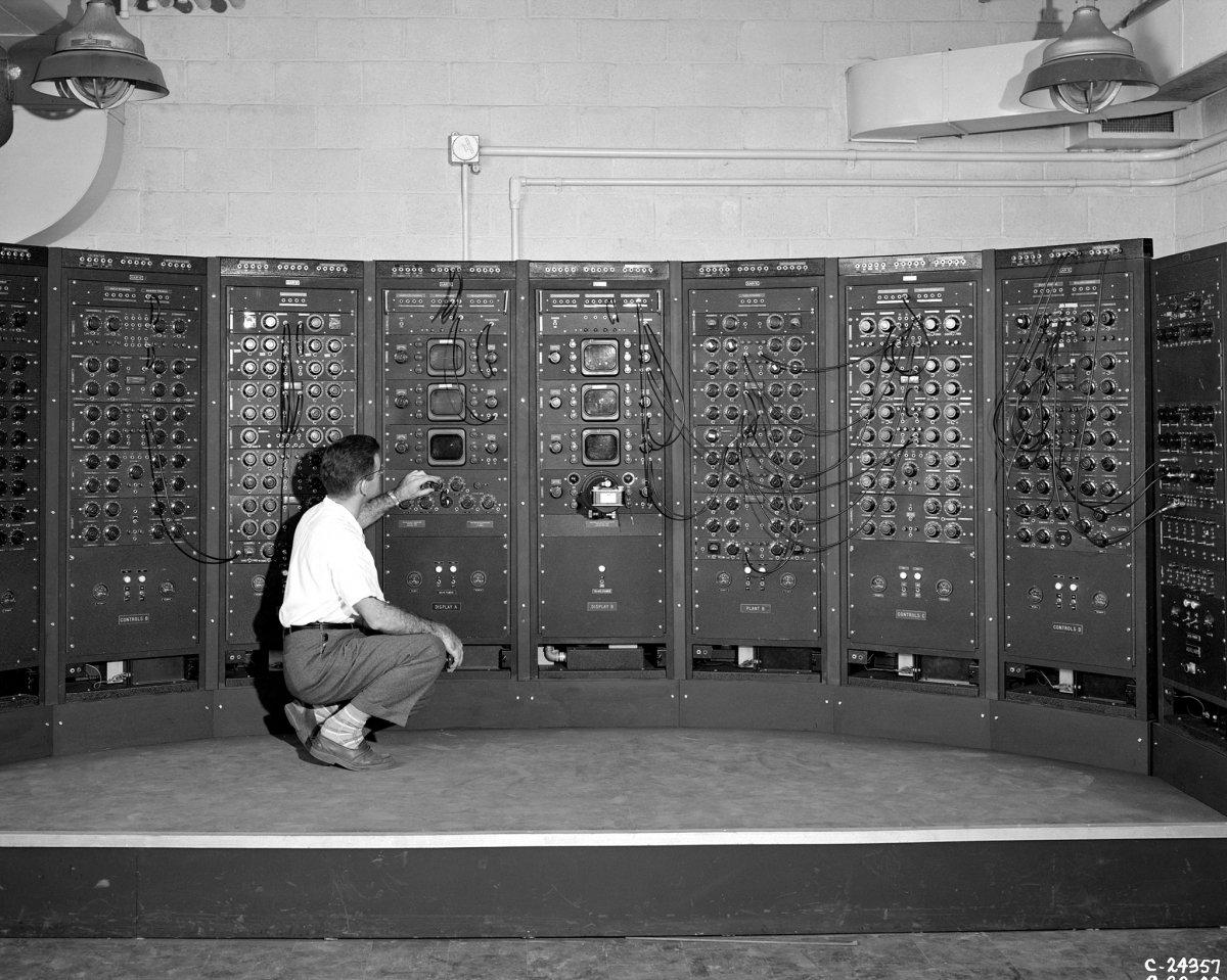 Una máquina analógica que funciona con un sistema gaseoso, 1949