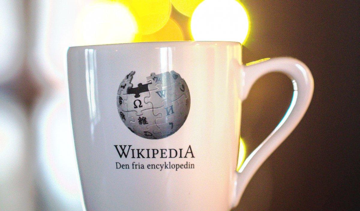 Una taza con el logo de la enciclopedia libre Wikipedia