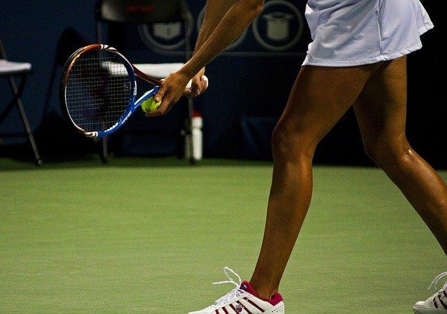 Una tenista se dispone a sacar