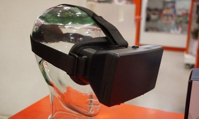 Unas gafas VR reposan sobre la cabeza de un maniquí